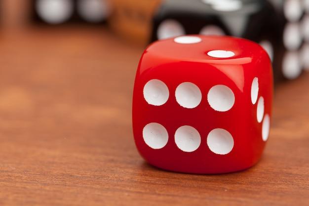 Dadi su un tavolo di legno. concetto di rischio aziendale.