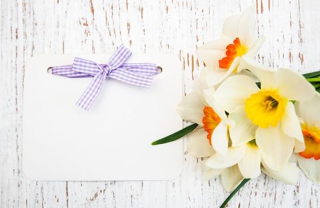 Daffodil fiori con carta