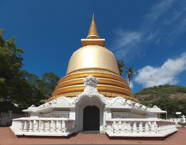 Dagoba buddista (stupa) in tempio dorato, dambulla, sri lanka