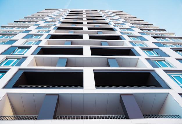 Dal basso colpo di edificio moderno e nuovo appartamento.