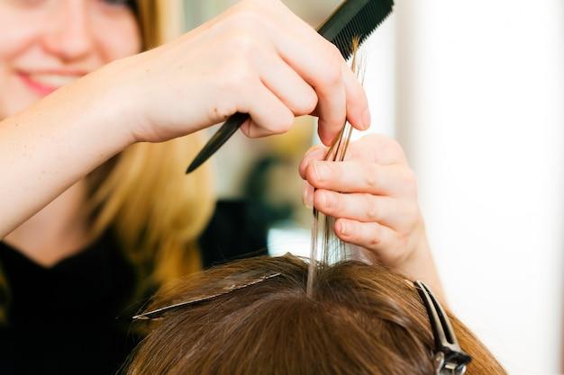 Dal parrucchiere - la donna ottiene un nuovo colore di capelli