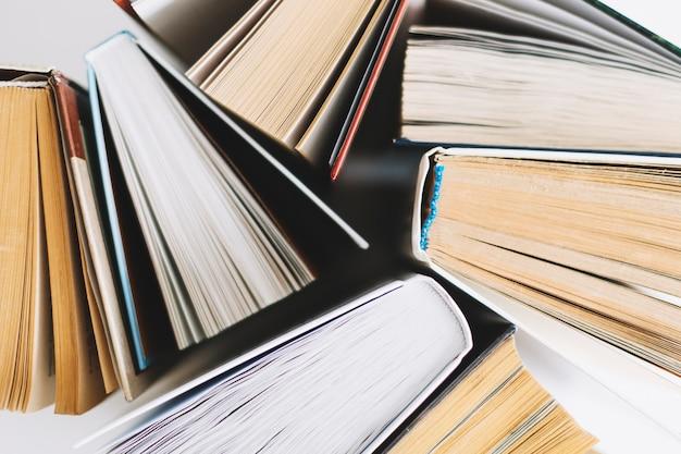 Dall'alto insieme di libri