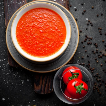 Dall'alto zuppa di pomodoro con pomodori nel piatto