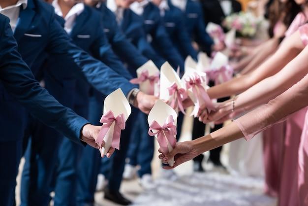 Damigella d'onore che tiene un cono di fiore