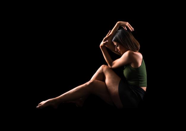 Dancing della ragazza in studio su priorità bassa isolata