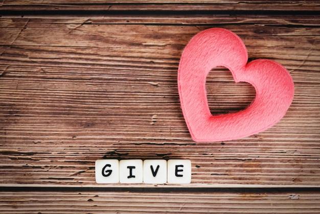 Dare amore con cuore rosa per donare e filantropia assistenza sanitaria donazione di organi d'amore assicurazione familiare e concetto csr giornata mondiale del cuore giornata mondiale della salute concetti di condividere il dare o il giorno di san valentino