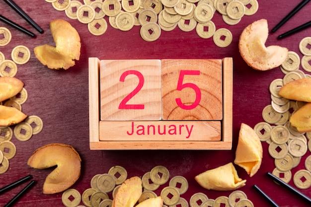 Data cinese di nuovo anno con monete e biscotti della fortuna