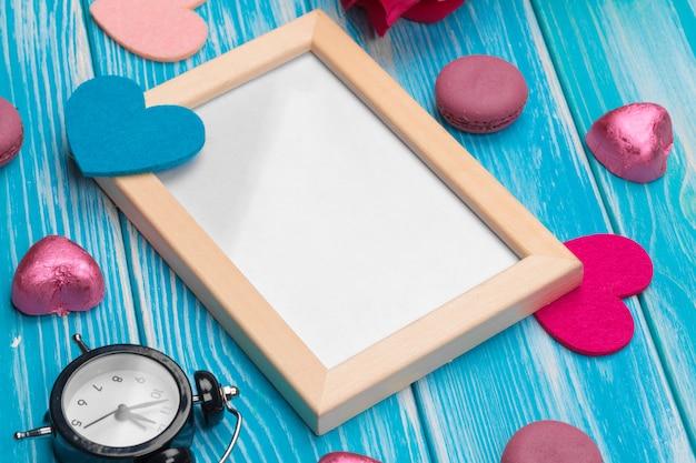 Data di calendario rossa creativa del cuore del cuore di celebrazione di festa di amore di vista superiore creativa della composizione nel giorno