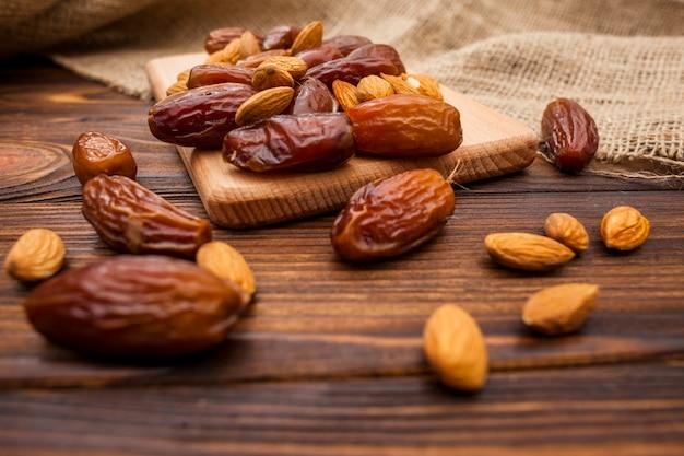Data frutta con mandorle su tavola di legno