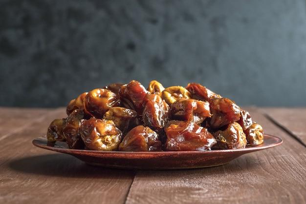 Date dolci organiche deliziose in ciotola con sciroppo. date iftar.