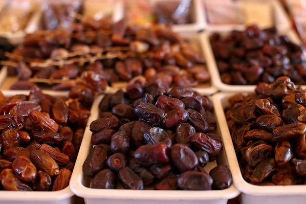 Date, frutta secca, sul bancone del mercato.