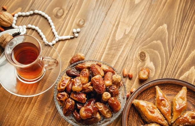Date, rosari e baklava ramadan. messa a fuoco selettiva