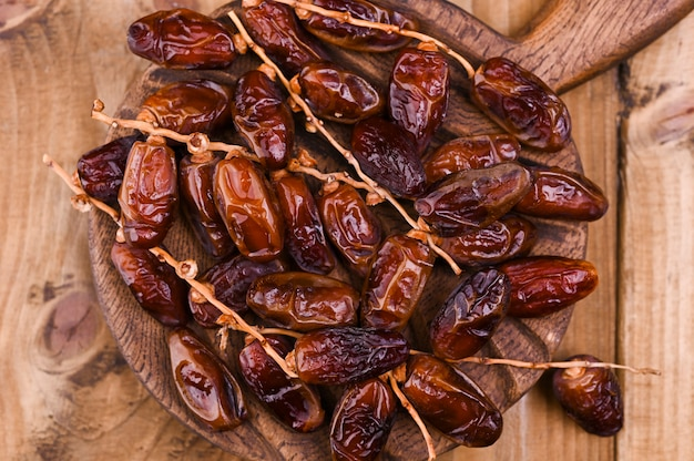 Date succose su un tavolo di legno. frutta secca per una dieta sana. copia spazio
