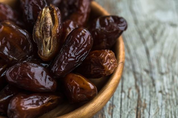 Date sullo sfondo. date arabe fresche. frutto della palma da dattero. vista dall'alto. trama di frutta secca data.