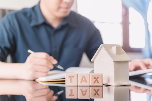 Dati finanziari che analizzano la scrittura, la tassa, la contabilità, le statistiche della mano