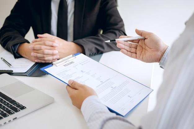 Datore di lavoro che arriva per un colloquio di lavoro, uomo d'affari ascolta le risposte del candidato che spiegano il suo profilo e colloquio lavoro da sogno, manager seduto al lavoro intervista che parla in ufficio