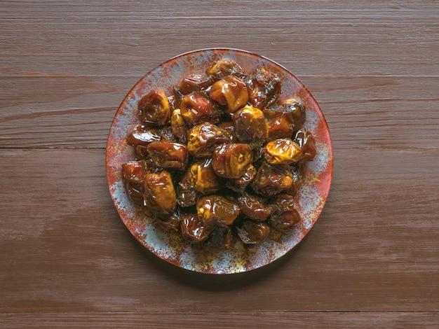 Datteri dolci organici deliziosi in ciotola con sciroppo. date iftar.