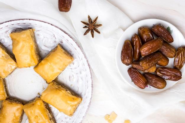 Datteri secchi frutta con dolci orientali sul tavolo bianco