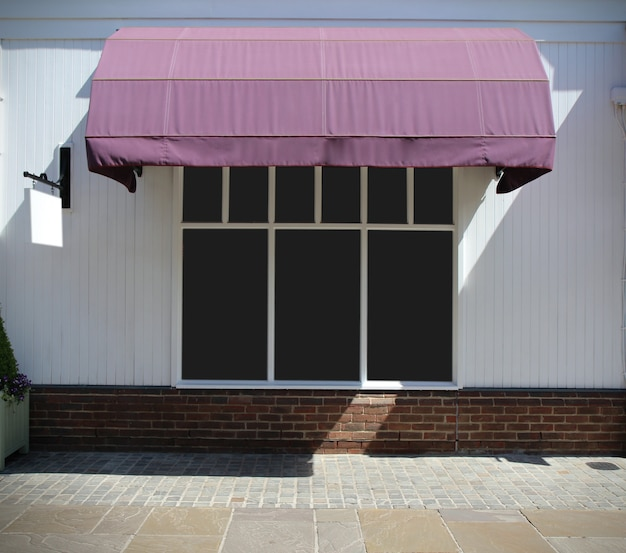 Davanti al negozio vintage con tende da sole in tela e display bianco