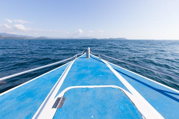 Davanti alla barca in mare
