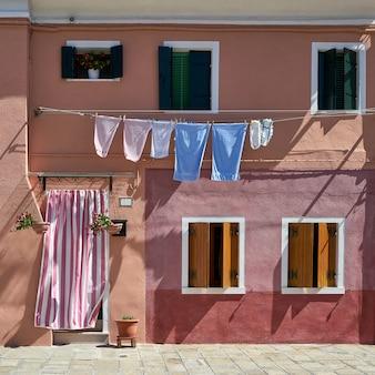 Davanti alla casa sull'isola di burano. venezia, italia. viaggio