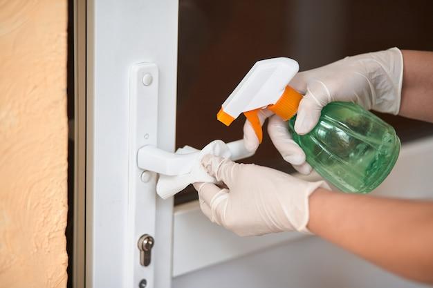 Decontaminazione della superficie della maniglia della porta.
