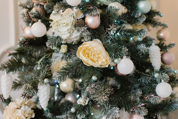Decorato per abete di natale o capodanno, primo piano di rami e giocattoli su di loro