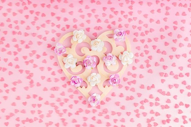 Decorazione a forma di cuore in legno con fiori di carta