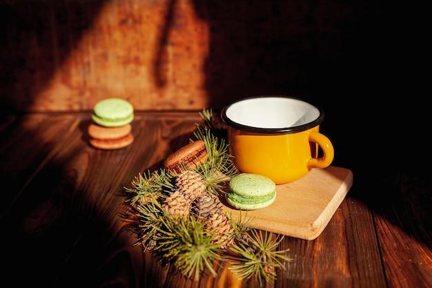 Decorazione ad alto angolo con tazza e biscotti