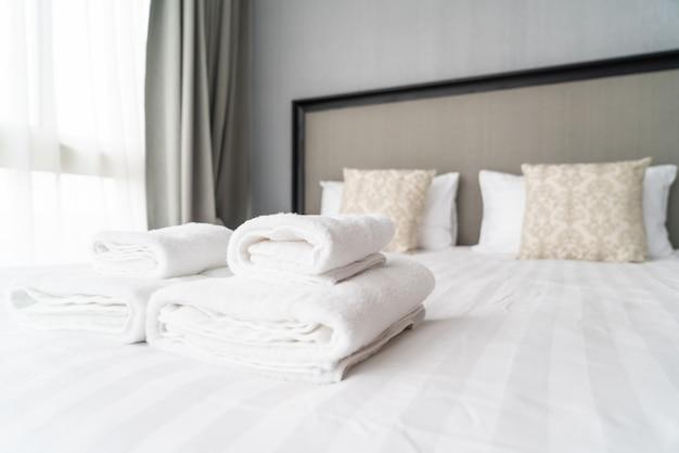 Decorazione asciugamano bianco sul letto
