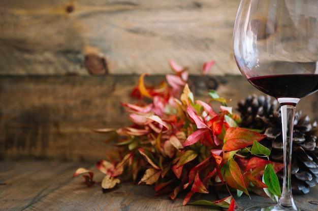 Decorazione autunnale con bicchiere di vino