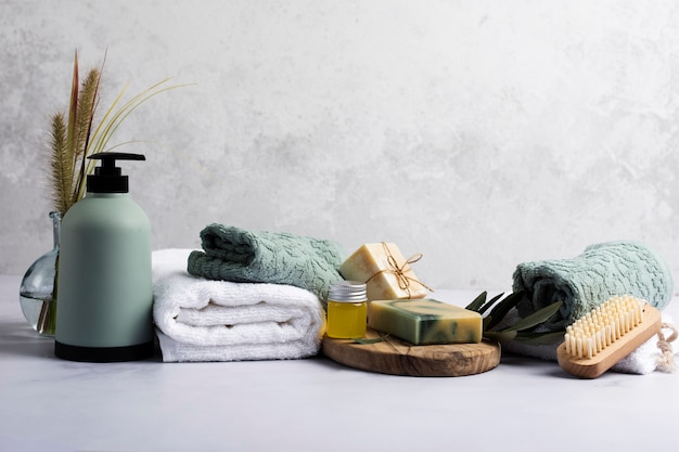Decorazione bagno con bottiglia di sapone e asciugamano