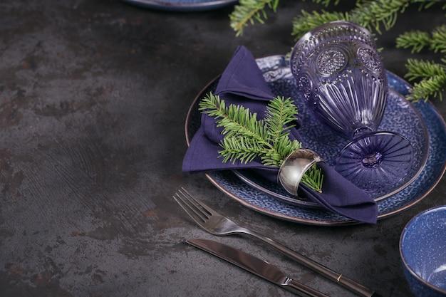 Decorazione blu scuro di natale con il ramo dell'abete.
