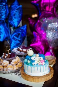 Decorazione colorata di una torta di compleanno del primo anno