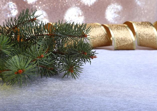 Decorazione con albero di natale su uno sfocato, scintillante e favoloso