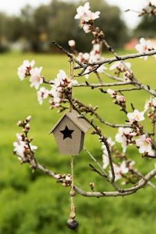 Decorazione con casa in legno in un albero