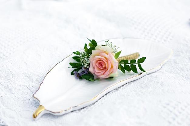 Decorazione degli eventi con fiori di rosa freschi