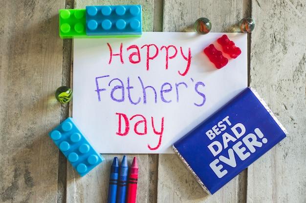 Decorazione del giorno del padre con giocattoli e cioccolato