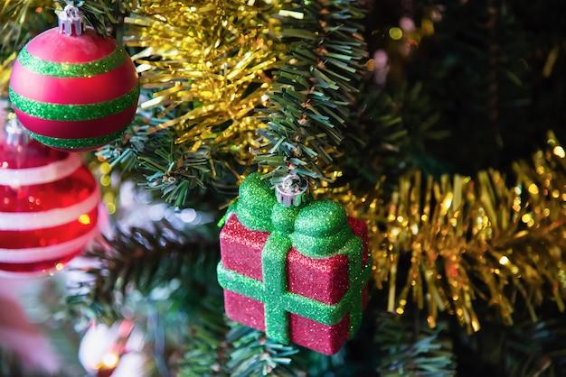 Decorazione dell'albero di natale - nuovo anno concetto di celebrazione di natale