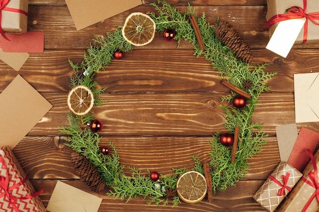 Decorazione della corona di festa di natale su fondo di legno, vista superiore