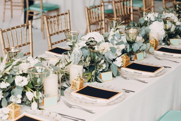 Decorazione della regolazione della tavola di nozze in bianco e verde