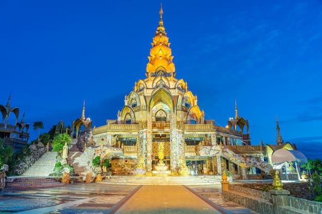 Decorazione della zona circostante grande pagoda principale nel tempio di wat phra that pha son kaew a phetchabun tailandia