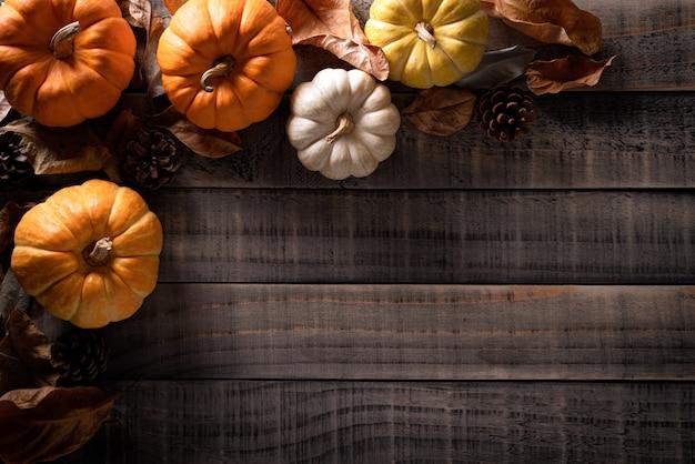 Decorazione delle foglie di acero di autunno su di legno. giorno del ringraziamento .