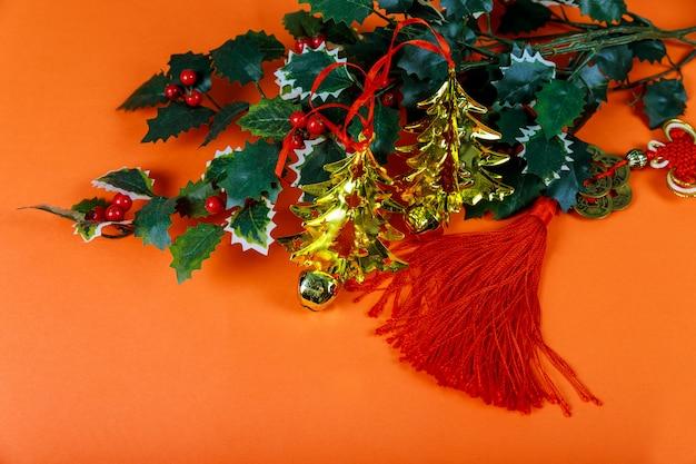 Decorazione di capodanno cinese uno sfondo rosso di buona fortuna e grumo d'oro.