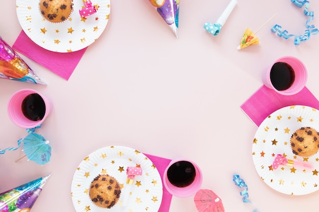 Decorazione di compleanno con oggetti femminili e spazio di copia