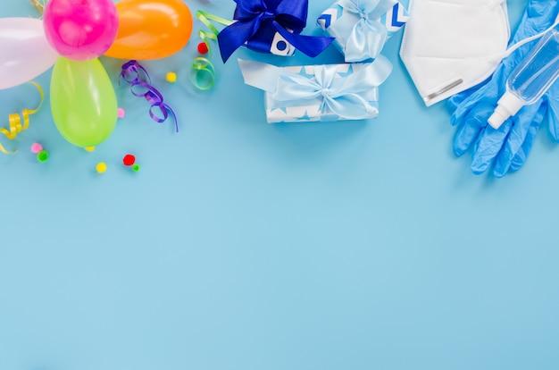 Decorazione di compleanno e attrezzature mediche sulla superficie del blu