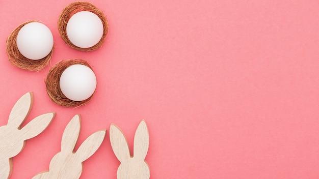 Decorazione di coniglio copia-spazio e uova preparate per essere dipinte