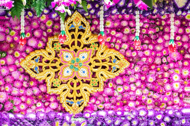 Decorazione di fiori freschi e secchi su un galleggiante