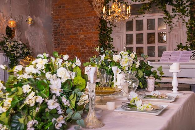 Decorazione di fiori sul tavolo festivo
