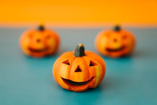 Decorazione di halloween con tre zucche medio
